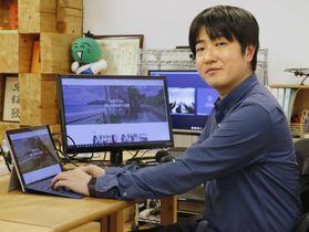 出身地の徳島市でテレワークをするプログラマーの竹内祐介さん