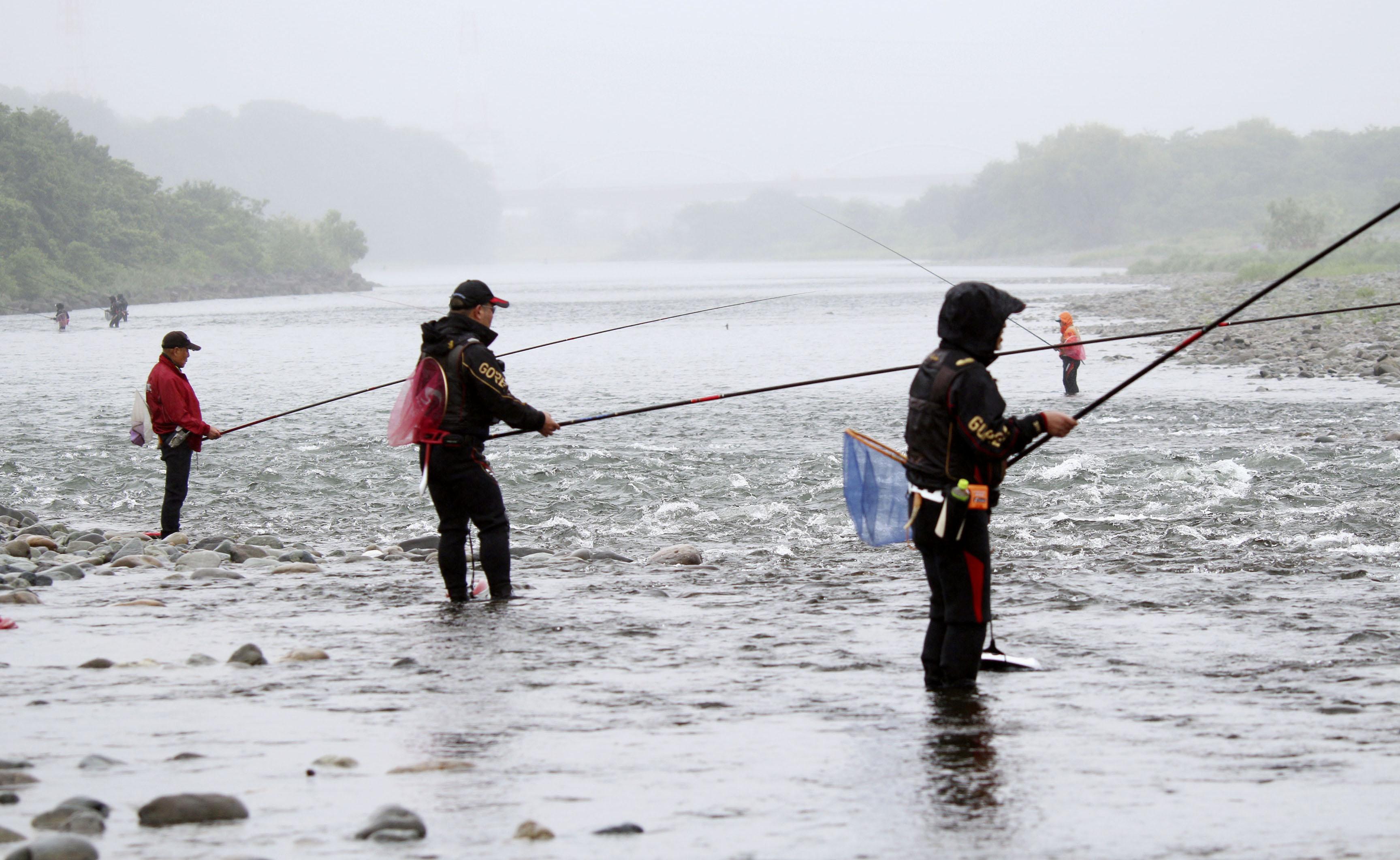 解禁日に相模川でアユ釣りを楽しむ人たち=1日午前、相模原市