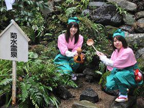 菊水泉で水をくむ橋口舞さん(左)と無藤恭加さん=21日午前、養老郡養老町、養老神社