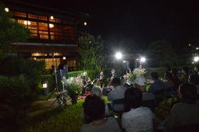 ライトアップされた香風園で日替わりの演奏会を楽しむ観月会=坂出市本町