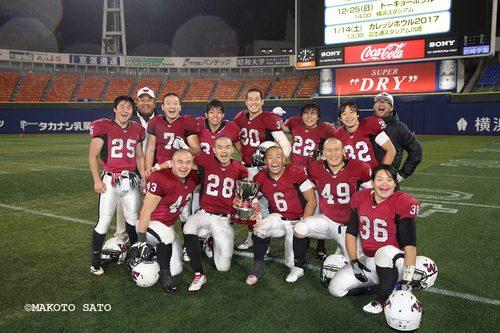 関東学生リーグ1部TOP8で2連覇を果たした早大ビッグベアーズのRB陣と多聞さん=撮影:MAKOTO SATO