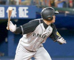 10回阪神1死、福留が左越えに勝ち越し本塁打を放つ。通算250本塁打を達成=横浜
