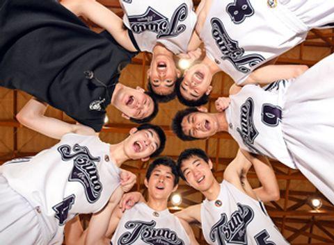 引退試合を終え、笑顔で円陣を組むバスケットボール部員たち