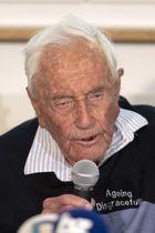 9日、スイス・バーゼルで安楽死の前日に記者会見するグドール氏(AP=共同)
