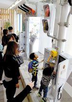 信号機の体験コーナーに集まった来場者たち=20日午前、久喜市江面の日本信号久喜事業所