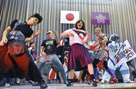 審査終了後、エアギターを披露する出場者ら=長島町の旧本浦小学校