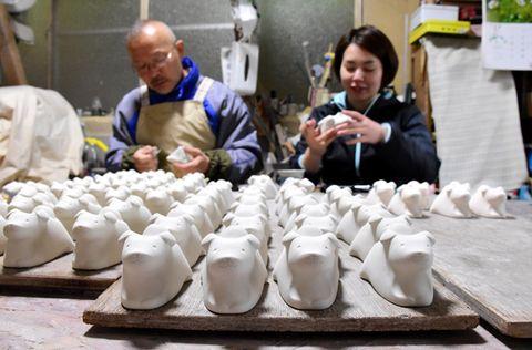 「三股焼 紫麓窯」で作られている、来年のえとの戌にちなんだぐい飲み