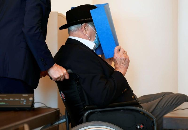23日、ドイツ北部ハンブルクの裁判所に、顔を隠して入廷するブルーノ・デイ被告(ロイター=共同)