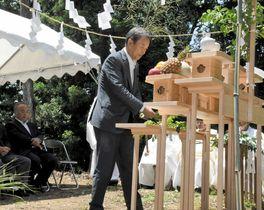 工事の無事を祈り、玉串をささげる吉村会長