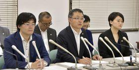 提訴後に記者会見する3弁護士。手前左から池田賢太、島田度、皆川洋美=23日午後、札幌市