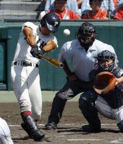 大阪桐蔭―浦和学院 8回表大阪桐蔭2死、藤原が中越えにこの試合2本目となる本塁打を放つ。捕手畑=甲子園