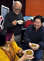 カレーを食べながら「横川カレー王国」の構想について語り合う星野さん(右)たち