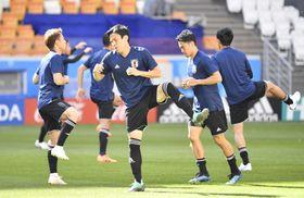 コロンビア戦に向け最終調整する長谷部誠(中央)らサッカー日本代表の選手たち=18日、サランスク(共同)