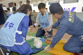 首都直下地震を想定し羽田空港で行われた防災訓練=25日午前