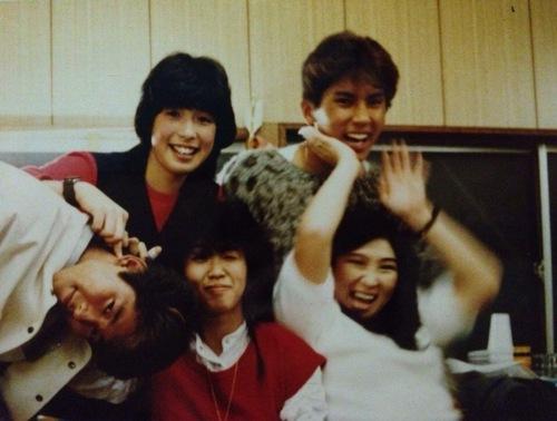 アイドルグループと共演していた当時の小栗さん