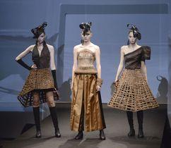 ヤマブドウのつるを使った服を披露した「フクシマプライド」のショー=18日、東京都渋谷区
