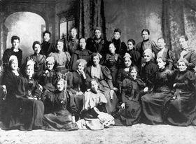 女性参政権運動を率いたケイト・シェパード(左から5番目のいす着席者)と1896年に行われた「ナショナル・カウンシル・オブ・ウィメン」の第1回会合参加者(C)Archives New Zealand used CC BY 2.0