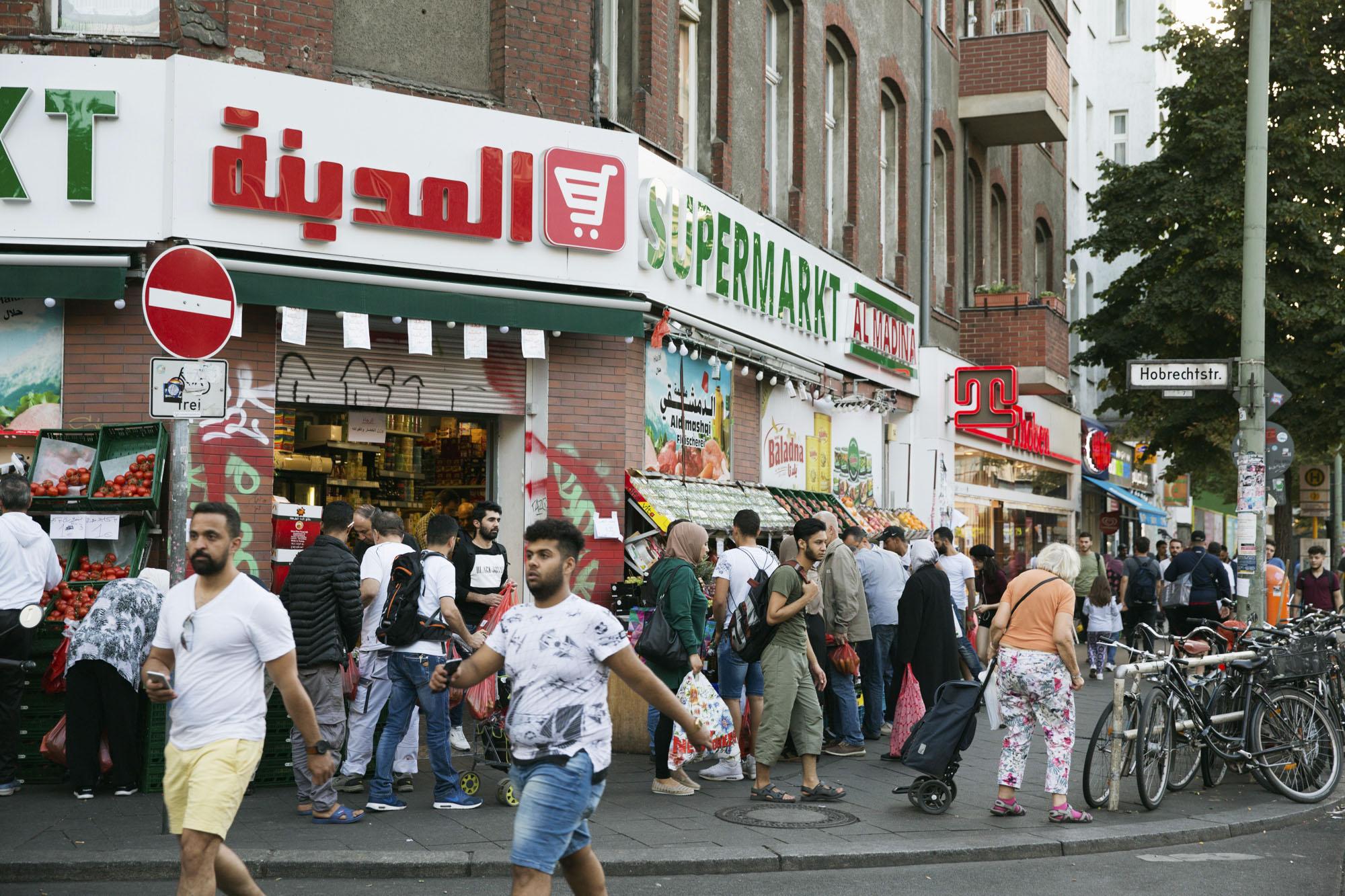 中東などからの移民であふれるベルリンの移民街。トルコ、シリアなどの商店やレストランが並び、買い物客でごった返している=9月(共同)