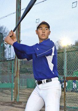 右の代打として期待がかかる今井秀輔外野手=金沢市の星稜高野球場で