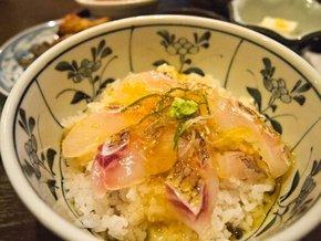 「かおりひめ」の宇和島・鯛めしは、タイをご飯に載せてからたれをかける。同店では、炊き込みご飯の鯛めしも提供しており、食べ比べも可能だ