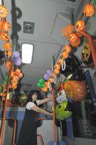 ハロウィーンをテーマにバルーンを飾り付ける竹本さん=香川県坂出市昭和町