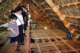 一般公開された福永家住宅で、「鹹水溜」の内部を見学する参加者=鳴門市鳴門町