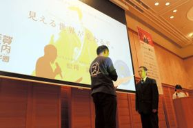 グランプリを受賞した松岡さん(右)=高松市玉藻町、レクザムホール
