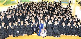 福島東稜高をサプライズで訪れ、イメージソングを披露したMANAMIさん(前列中央)