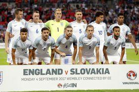 ロンドンのスタジアムでポーズをとるイングランド代表=2017年9月(AP=共同)