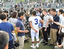 試合後、報道陣の取材に応じる関学大QBの選手=27日午後、大阪府吹田市の万博フィールド(撮影・持木克友)