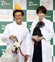 愛犬と共にイベントに登場した具志堅用高(左)と南明奈=20日、東京都内