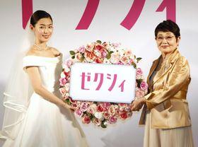 発表会に登場した白石聖(左)と泉ピン子=18日、東京都内