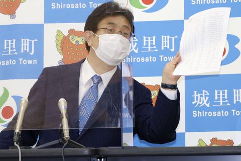 茨城県城里町役場で、ワクチン接種経緯について質問に答える上遠野修町長=13日午前