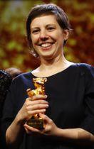 最高賞「金熊賞」を受賞したルーマニアのアディナ・ピンティリエ監督=24日、ベルリン(ロイター=共同)