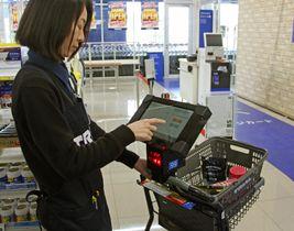 「トライアルカンパニー」が新型店に導入するレジ待ちをせず精算できるカート=13日午後、福岡市