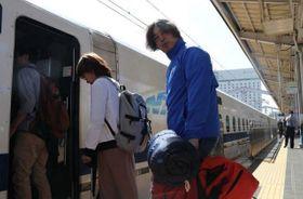 長野県に向けJR岡山駅を出発する鈴記医師