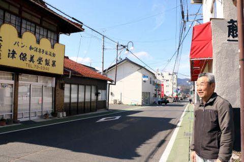 活性化の取り組みが広がる津田地区の商店街に立つ倉田会長