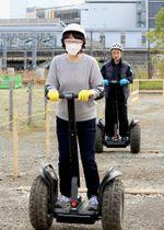 小田急線海老名駅近くの「セグウェイ・ベース」でコース走行を体験する人たち=24日午前、神奈川県海老名市