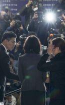 逮捕前、ソウル中央地裁に出頭し報道陣の取材に応じるチョ・グク前法相の妻(中央)=23日(聯合=共同)