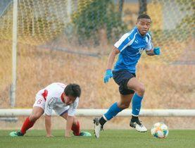 【大分-九州大学選抜】ボールをキープする大分のFWオナイウ(右)=大分市の県サッカー協会スポーツ公園
