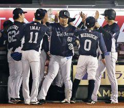 楽天戦の3回、満塁本塁打を放ち迎えられる西武・中村(中央)=9月6日、楽天生命パーク