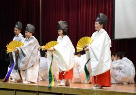 文化祭で三納代神楽に挑戦した富田中の生徒