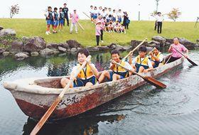 縄文丸木舟でミニ航海を体験する生徒