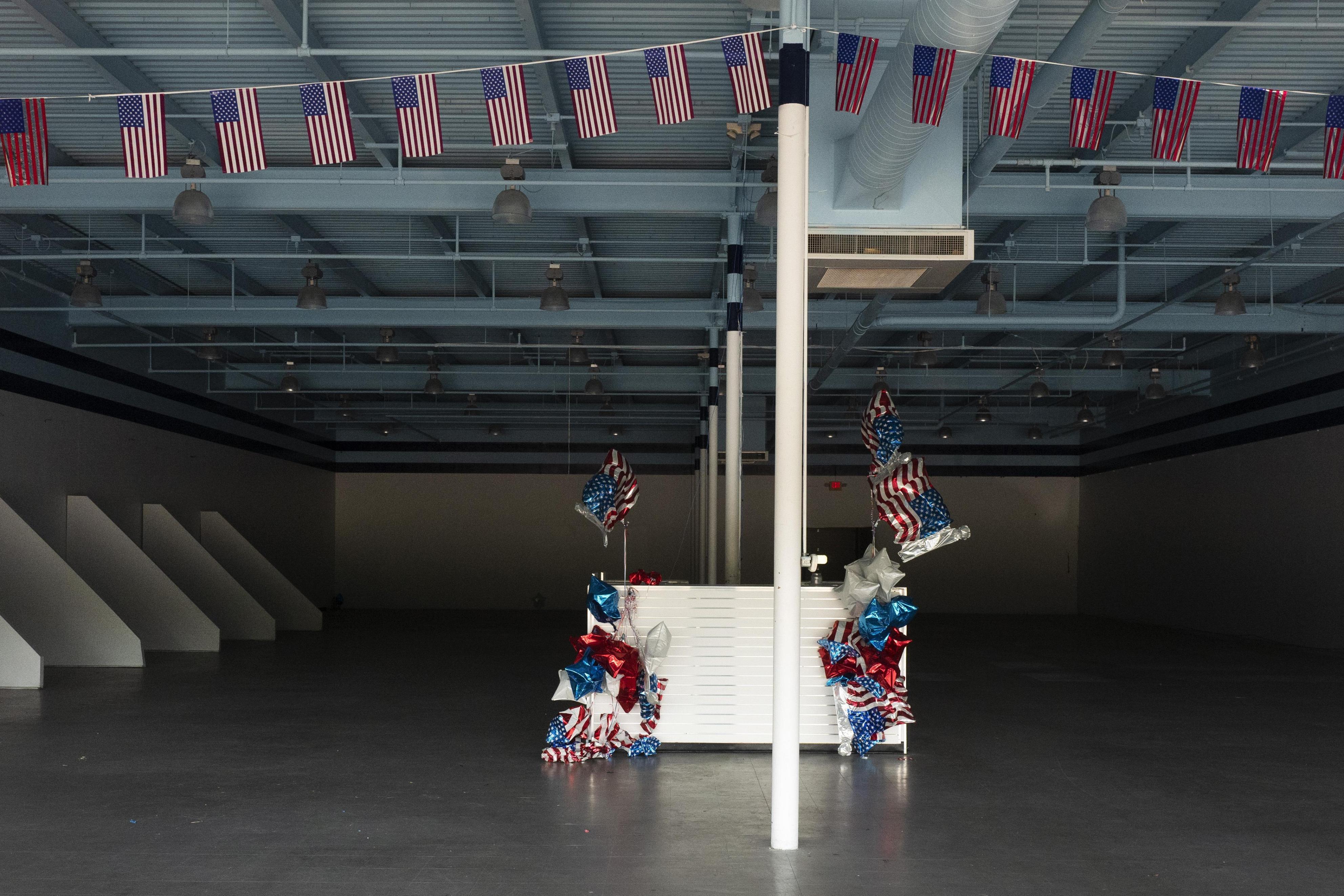 廃業となったコネティカット州の店舗。国旗とパーティー用の風船だけが残されていた=7日、ウェザーズフィールド(AP=共同)