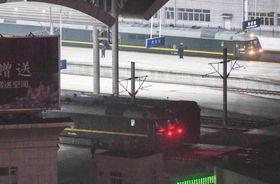 丹東駅に一時停車する、北朝鮮の金正恩朝鮮労働党委員長を乗せたとみられる列車(下)とダミー列車(上)=2月23日、中国遼寧省丹東市
