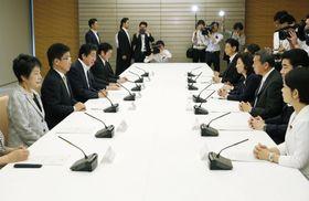 首相官邸で開かれた児童虐待防止対策に関する関係閣僚会議=20日午前