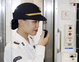 東海道線の車内で英語の車内放送をする乗務員=11日、静岡市(JR東海提供)