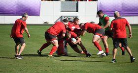 公開練習で、気迫あふれるプレーをするウェールズ代表選手