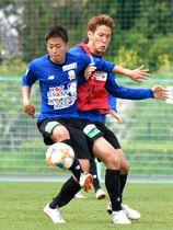 ミニゲームでDF藤谷(右)と競り合うDF会津=岐阜市北西部運動公園