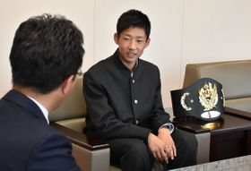 読谷山市長を表敬し、「高校生のうちにプロになりたい」と意気込みを語った尾崎さん